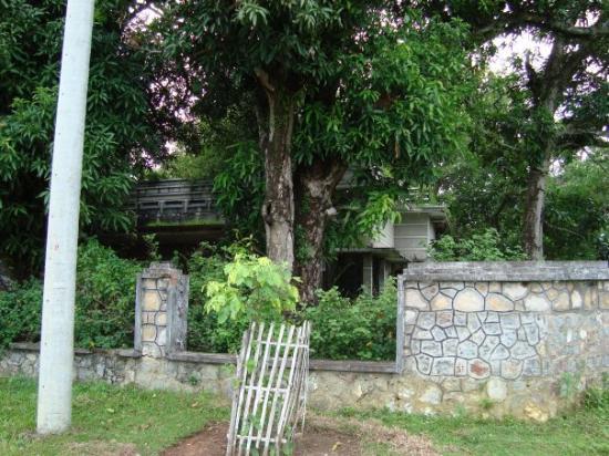 Kep, Cambodia: Une maison coloniale qui, comme toutes les autres, fut détruites pendant la guerre.