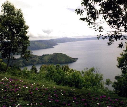Parapat, Indonésie : A view of Toba Lake from another angle.
