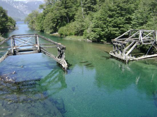 San Carlos de Bariloche, Argentina: rio ruca malen y de fondo el lago torrentoso