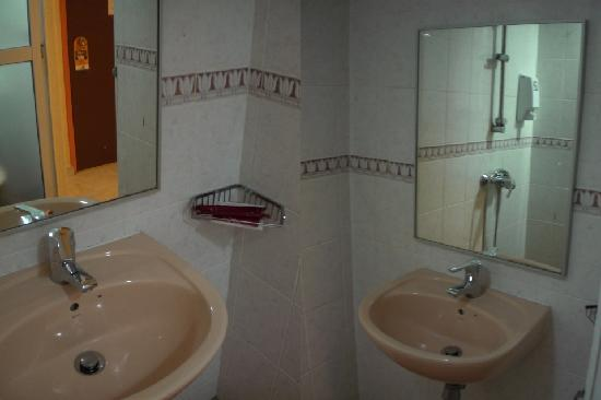 Fragrance Hotel - Sunflower: Room 301 Bathroom
