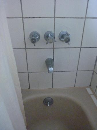 Holiday Plaza Hotel: cracked tiles