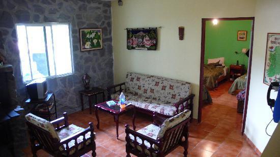 El Oasis Hotel & Restaurant: Aufenthalsraum und unser Zimmer