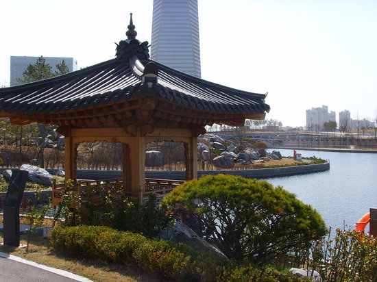 Incheon, Sydkorea: Nice park to walk with typical korean house.