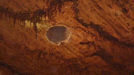 Inner Space Cavern: Agujero x donde bajaron hombres que descubrieron la cueva