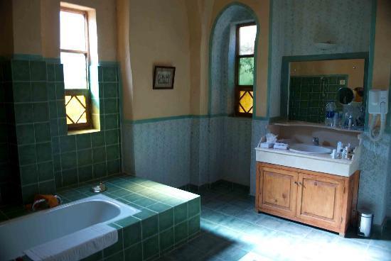 Al Moudira Hotel : the bathroom