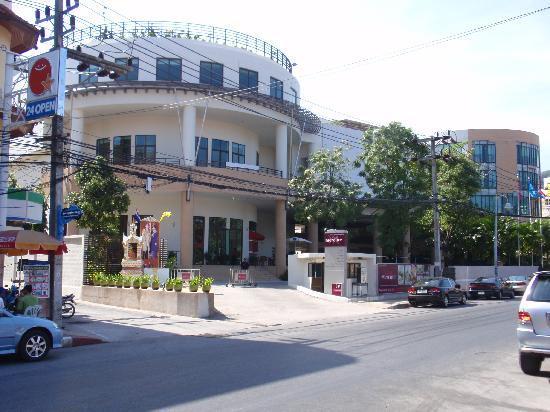 Deevana Plaza Phuket Patong: Hotel front