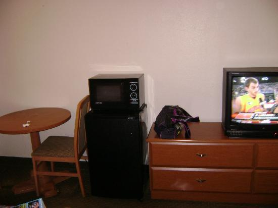 Econo Lodge North Austin: TV, table area