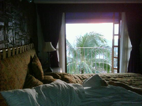 Villa Bella Bed and Breakfast Inn: The morning sun entering to my bed