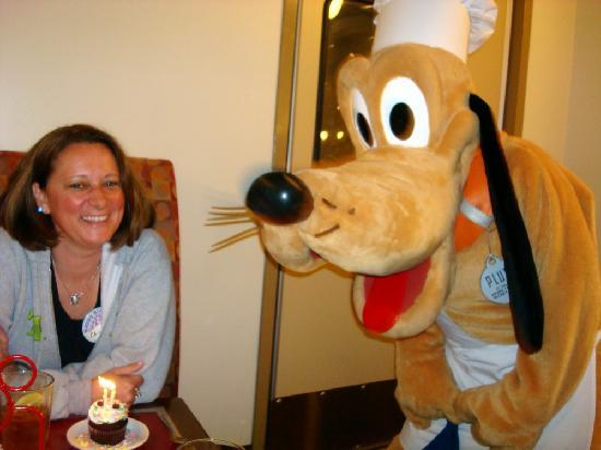 Chef Mickey's: Pluto dancing