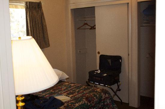 Sierra Summit Inn: Master bedroom w/1 bed; other rm has 2 bds