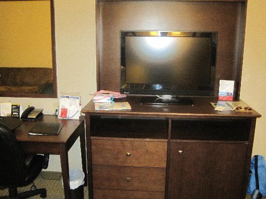 Ramada Weyburn: Ramada room TV stand