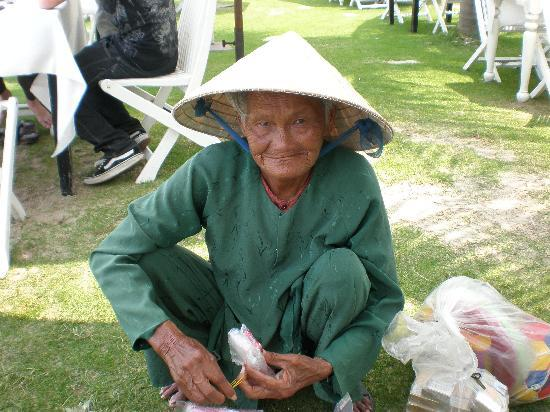 Hai Au Boutique hotel and spa: Fruit seller at beach in Hoi An