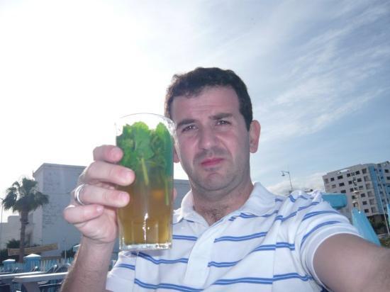 Nador, Morocco: Chá Marroquino, à falta de cerveja e vinho....  P.S. Sabe melhor do que o aspecto que tem