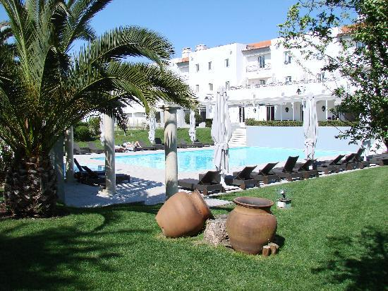 M'AR De AR Muralhas: pool area with rooms in back