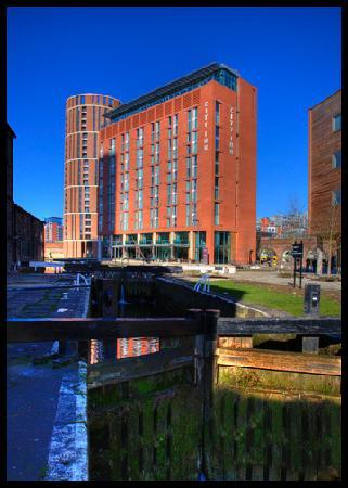 Doubletree by Hilton Hotel Leeds City Centre: Hotel from canal lock