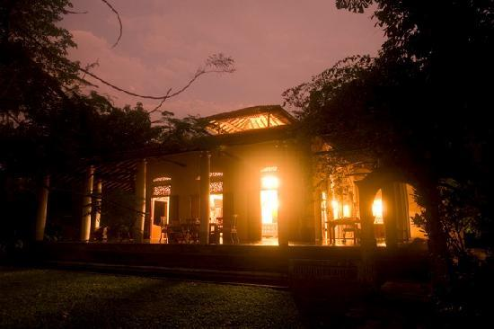Apa Villa Illuketia: Night falls over Illuketia Plantation House