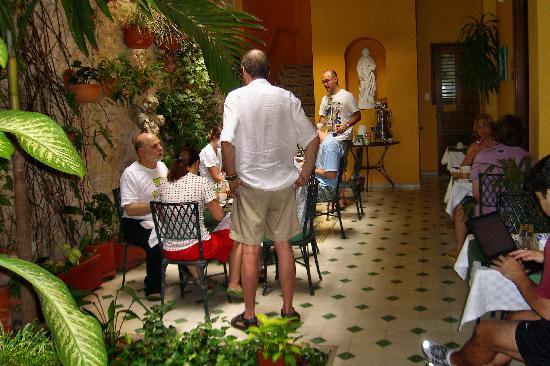 Casa La Fe - a Kali Hotel : A free breakfast is served in the courtyard