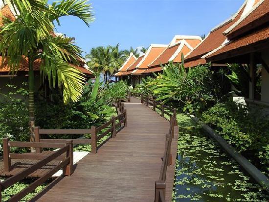 Khaolak Laguna Resort: vers la plage,entre les bungalows