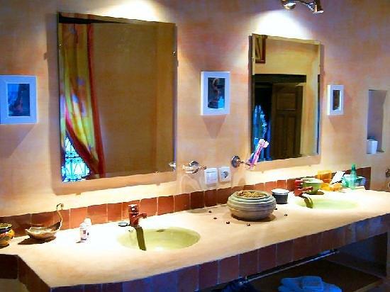 دار ميلودي: salle de bain orange