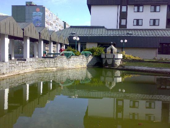 Globus : Egen sø med fisk, ænder og springvand