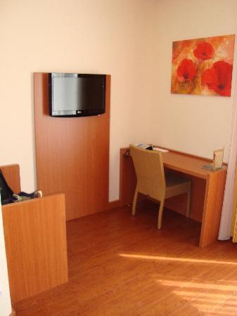 Star Inn Hotel Budapest Centrum, by Comfort: Desk and TV