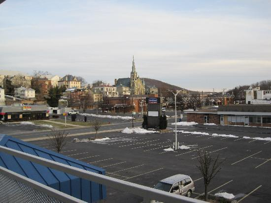 Howard Johnson Express Inn Staunton: View of Downtown Staunton from the walkway outside of the room.