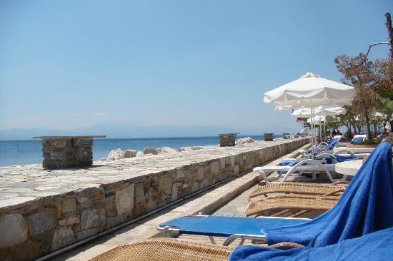 Loutraki, Yunani: on of the hotel's beaches, next to the swimming pool