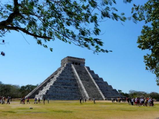 Kulkulcan-pyramiden: Die 30 m hohe Pyramide des Kukulcán, auch El Castillo genannt, liegt in der Ruinenstadt Chichén