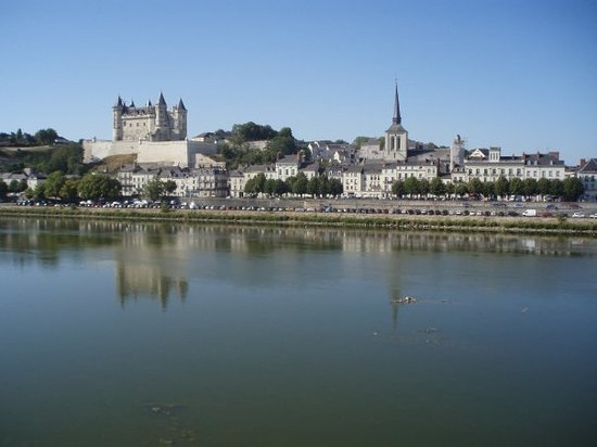 Сомюр, Франция: View of the Loire River and and Chateau Saumur from our hotel room.
