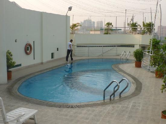 Lakeshore Hotel & Apartments: The rooftop pool, fit for a New York millionaire!!!