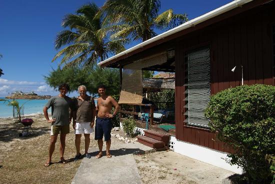 Antigua Cottages : il mitico Derek (al centro!)