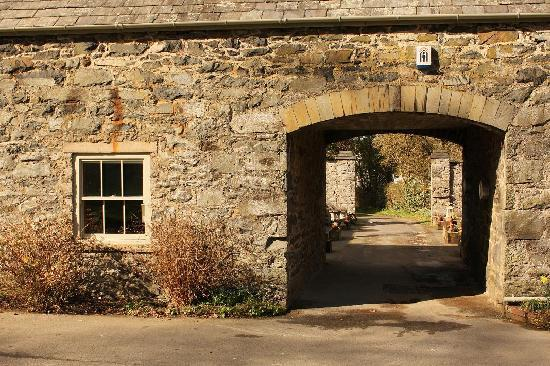 Ffin y Parc Country House: To the courtyard