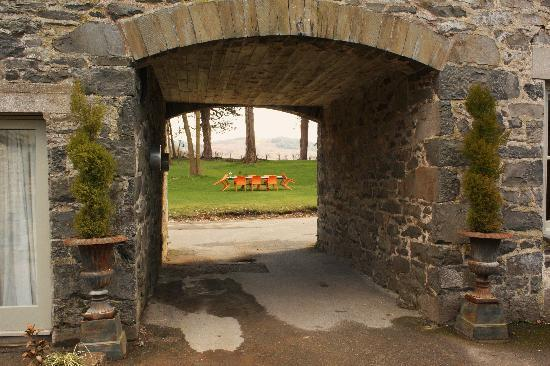 Ffin y Parc Country House: Through the arch window...