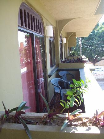 Hotel Solimar Inn Suites: balcony overlooking small park