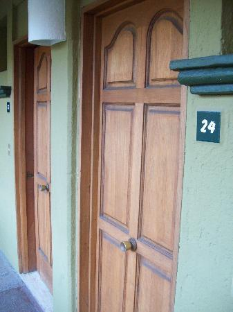 Hotel Solimar Inn Suites: doors have doorknobs in the middle of the door