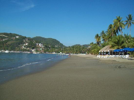 Hotel Solimar Inn Suites: Municipal Beach in Zihuatanejo, 4 blocks from hotel