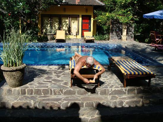 Bondalem, Indonésia: relaxing by one of the pools