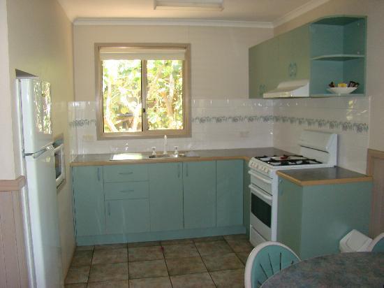 NRMA Ocean Beach Holiday Park: Sunset Loft kitchen