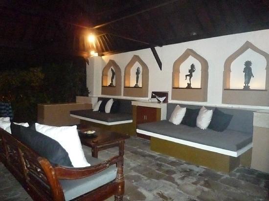 The Villas Bali Hotel & Spa: ソファでも十分寝られそう…