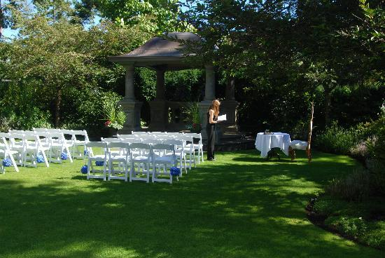 English Inn: Ceremony area
