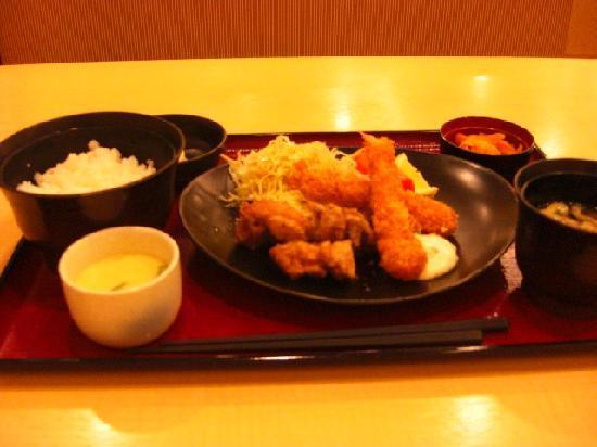 HOTEL AZ Fukuoka kanenokuma: 夕食に選んだ海老フライの定食