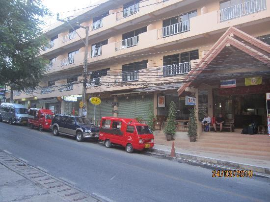 Kata Sun Beach: View of the hotel from the main street