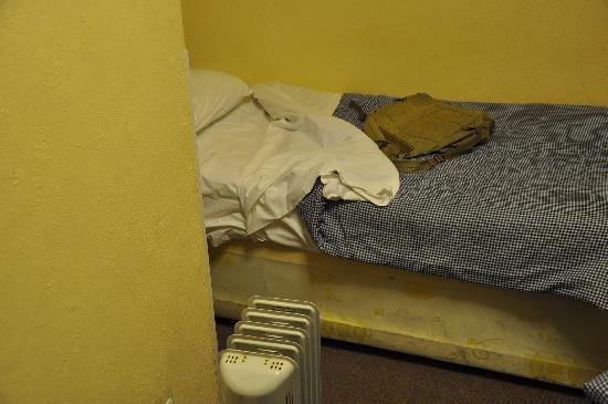 Cedar Guest House : camas sucias
