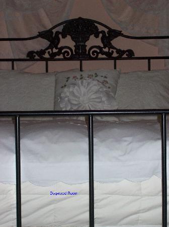 Federal Crest Inn: Dogwood Room bed