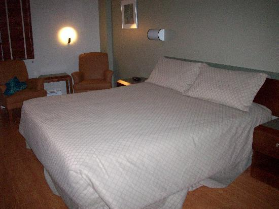 Hotel Dauphin Montreal - Longueuil: Bed