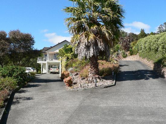 Whangarei, Yeni Zelanda: Zufahrt zum Haus am Stadtrand über den Bergen