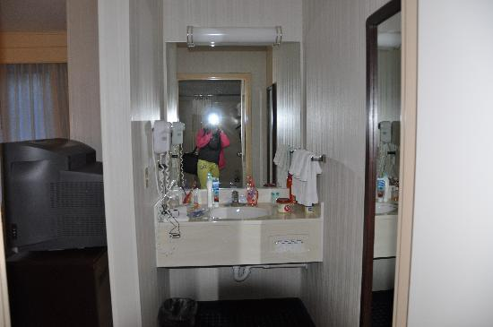 SpringHill Suites Mystic Waterford: Vanity/Sink area