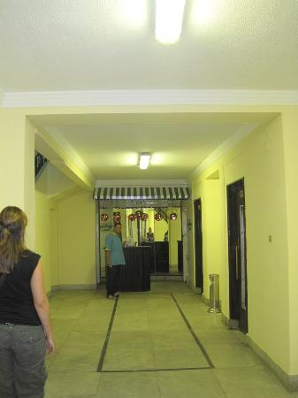 Hotel Longchamps: Downstairs hall, entrance to building