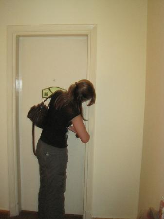 Hotel Longchamps: Doorlock was a bit tricky, we had to fetch someone for help