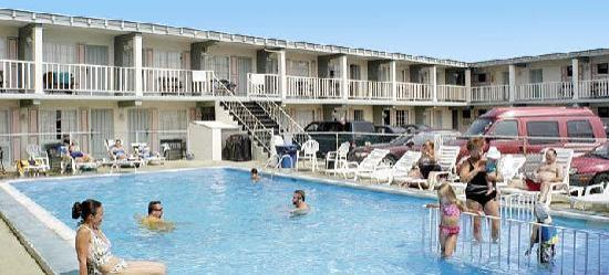 Lincoln Motor Inn Fallsview: outdoor heated pool